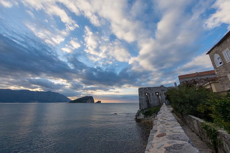 ヴェネツィア統治時代に作られた城壁に囲まれる