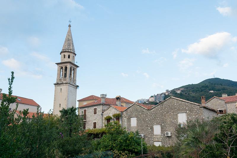 中世を感じられる旧市街地内には飲食店や宿泊施設などが充実。アドリア海を望むカフェも