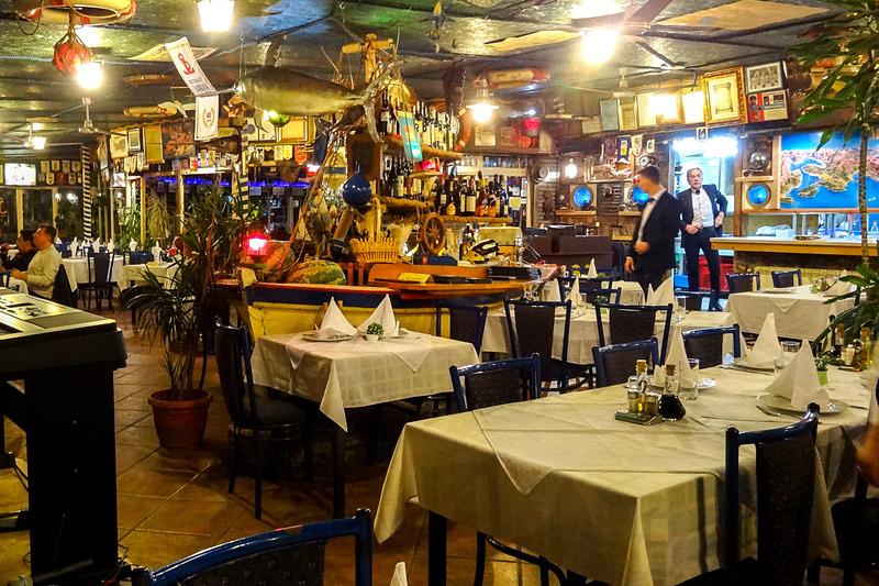 ハーバー沿いにあるシーフードレストラン「ヤドラン(Jadran)」。店内は船をイメージしている