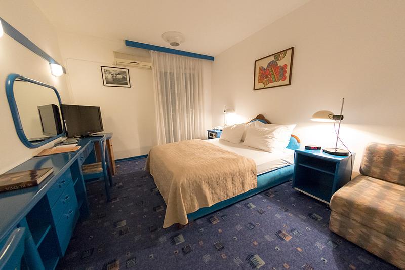 ダブルルーム。客室の作りには古さを感じ、バスアメニティなどの備品も最小限だが、海の街を感じられるデザインで居心地のよい部屋だった