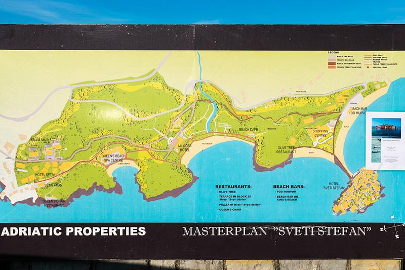 アマンリゾーツによるリゾート施設となっているスベティ・ステファン島。陸側にはビーチが広がり、カフェやキオスクなどもある