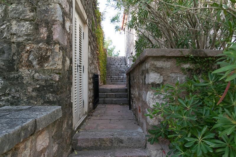 中世を思わせる石畳の街並みや教会などが1万2400m<sup>2</sup>という狭いエリアに凝縮されている。時間がゆっくりと進むような空間のなかでアドリア海を眺めて過ごすのもよいだろう