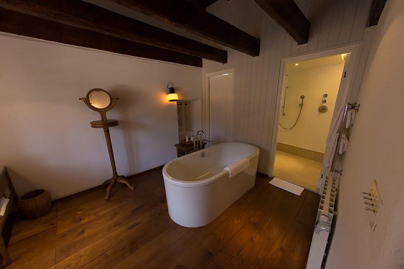 村の民家をそのままホテルの客室に。写真は「デラックス・コテージ(Deluxe Cottage)」タイプの客室