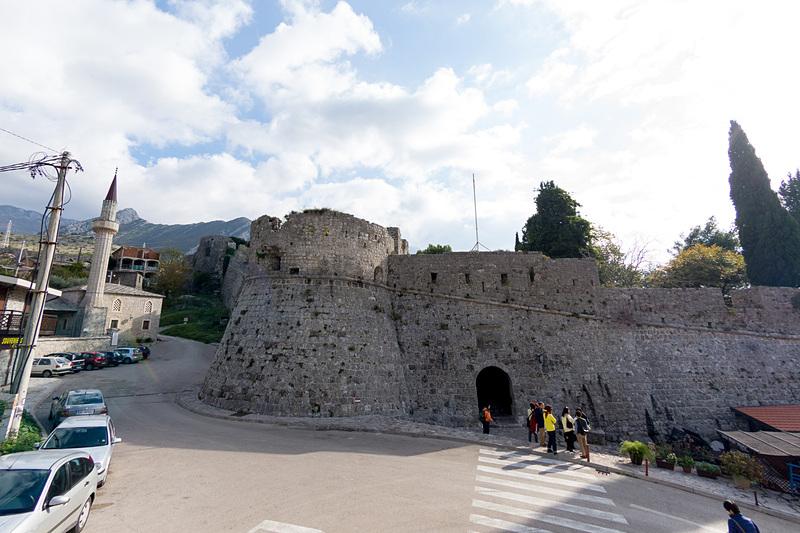 バール旧市街の要塞跡地への入り口。すぐそばにモスク(左)が建っているあたりに歴史を感じられる