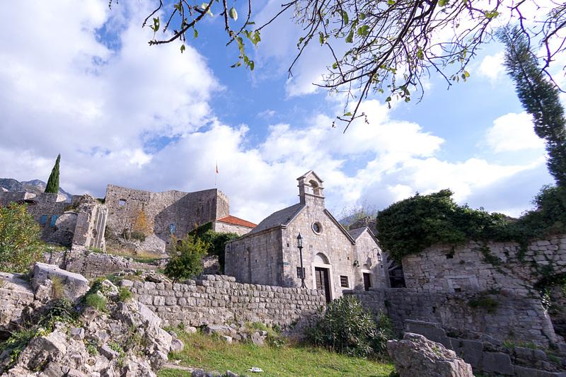 要塞跡の敷地内にいくつかの中世の正教会が残る