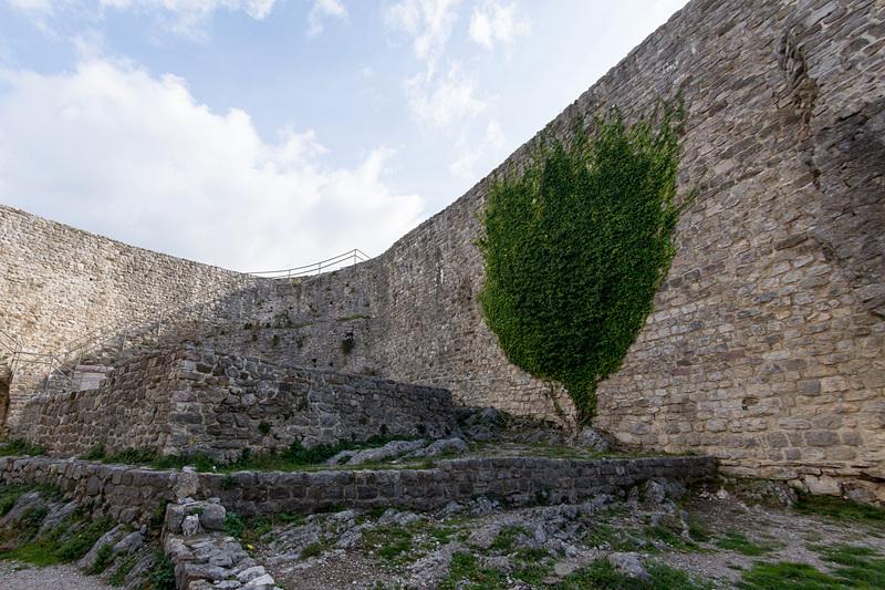 要塞の壁の近くにユーゴ建国につながったパルチザン蜂起に関する石碑もあった
