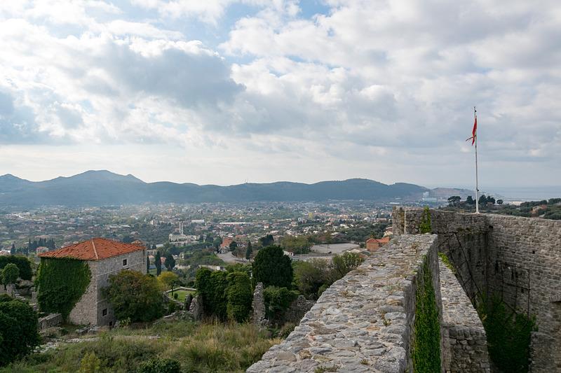 旧市街は山の中腹あたりにあり、要塞の壁の上に行くこともできる。眺めのよさも魅力だ