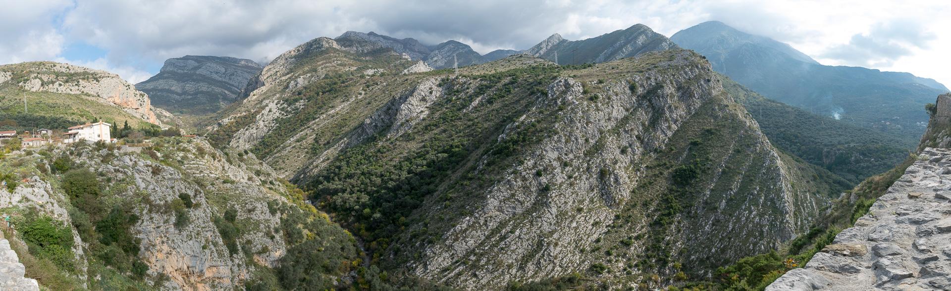 要塞跡から見るモンテネグロの山。起伏に富んだ地形のダイナミックさに釘付けになる