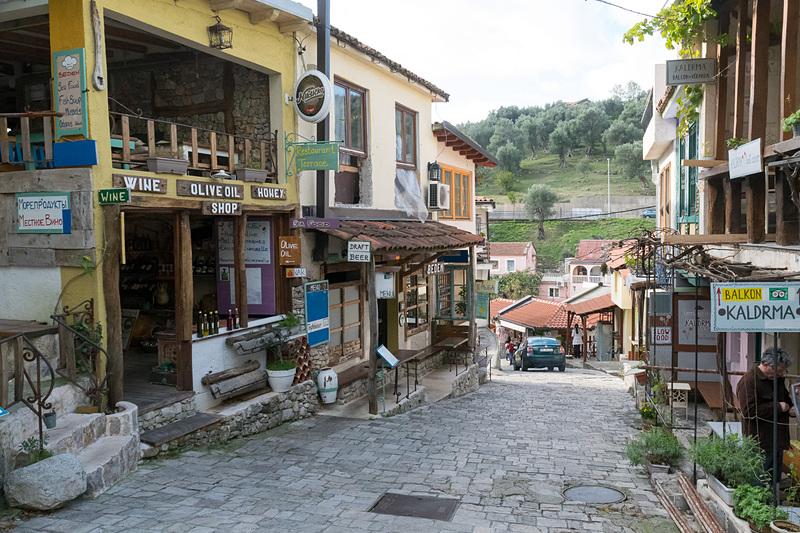 いまも営業する店が並ぶバール旧市街の街並み