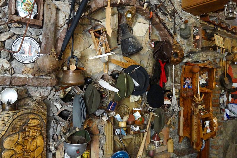 スピリアの店内は国も民族も関係なく、さまざまな文化が入り交じっている。オーナーが趣味でコレクションしたアイテムの数々だという