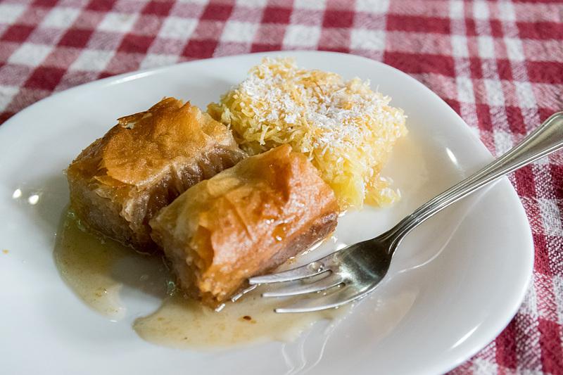 デザートは中東やバルカン半島の伝統的なスイーツ「バクラバ」(手前)と「カダイフ」(奥)