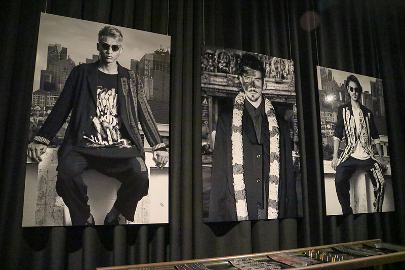 店舗の壁面を使い写真を展示