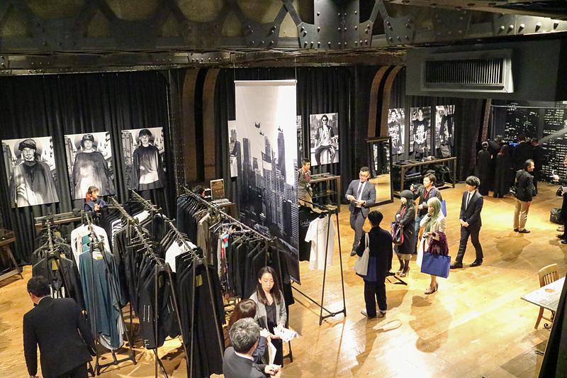 レスリー・キー写真展「Singapura」の会場となったヨウジヤマモト 青山本店。写真展は店舗の地下フロアをメインに使って行なわれている