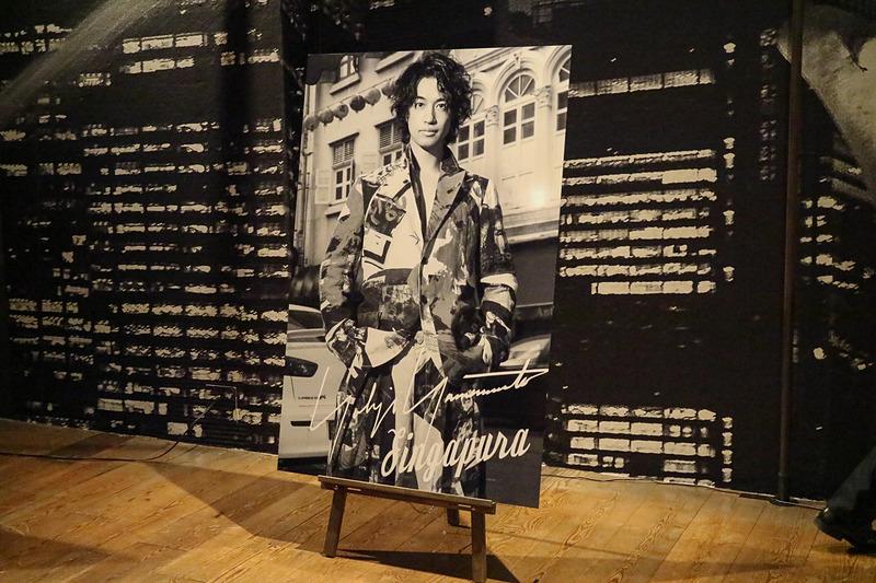 レスリー・キーさんが撮影した写真パネルに斎藤工さんがサイン