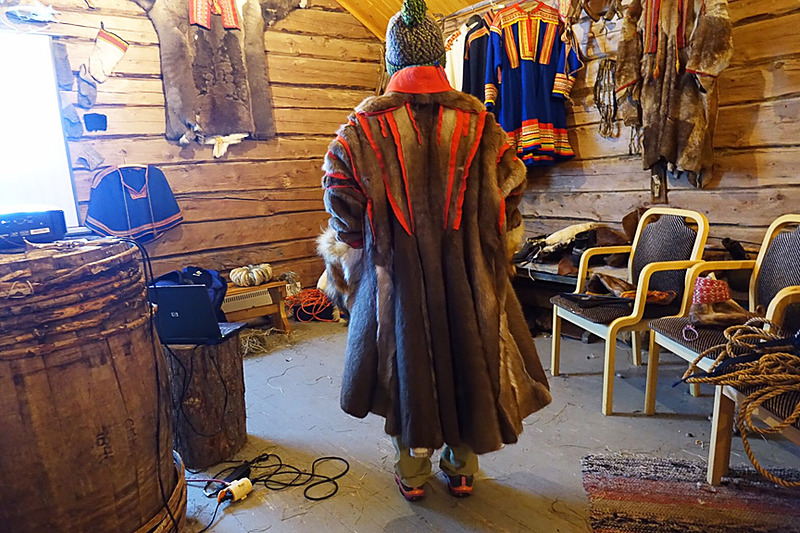 途中で立ち寄った民族資料館(?)でトナカイの毛皮で作ったサーミ人の衣装試着中