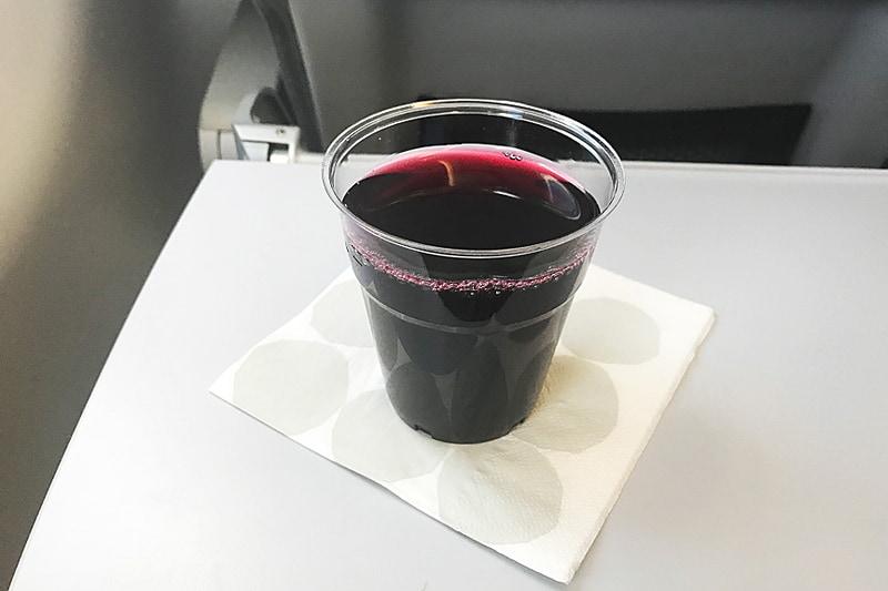 フライト時間は1時間30分。美味しいベリージュースを飲んでいると到着です