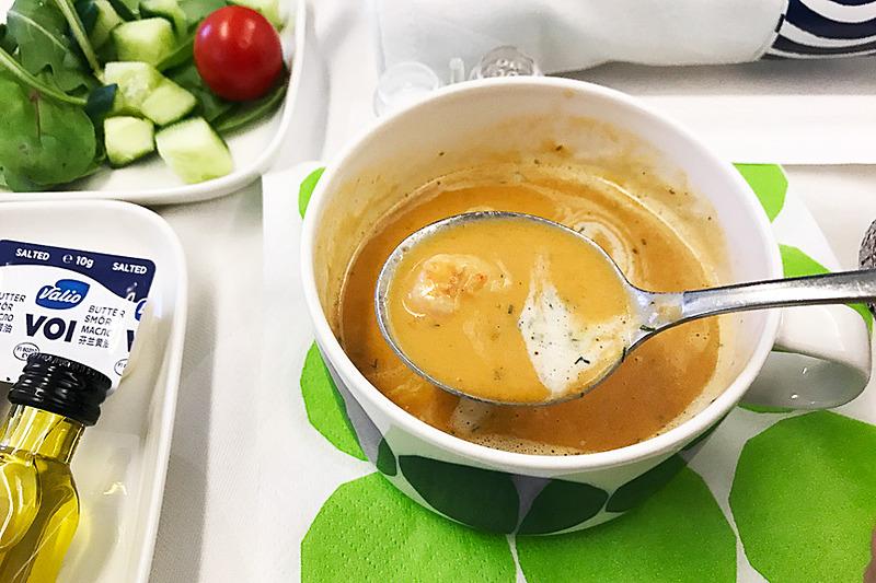 前菜は「エビとサワークリーム入りクミン味のザリガニのスープ」