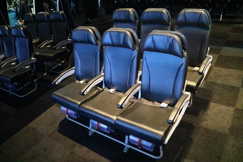 機内で使用しているシートと同じものが展示されていて、座ることができる