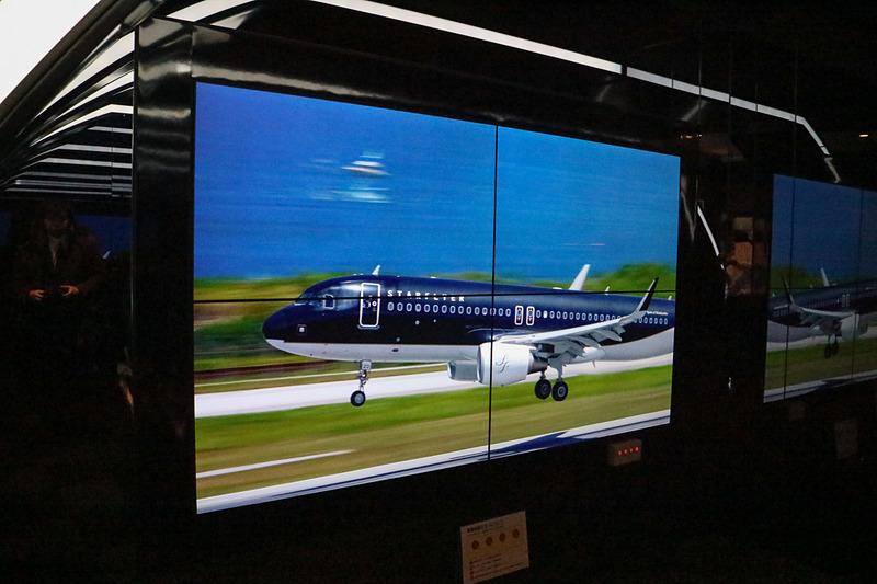 シート前方には大型ディスプレイがあり、最新のプロモーション動画、機内で流れるセーフティビデオ、「初日の出フライト2018」の様子を撮影した動画が流れる