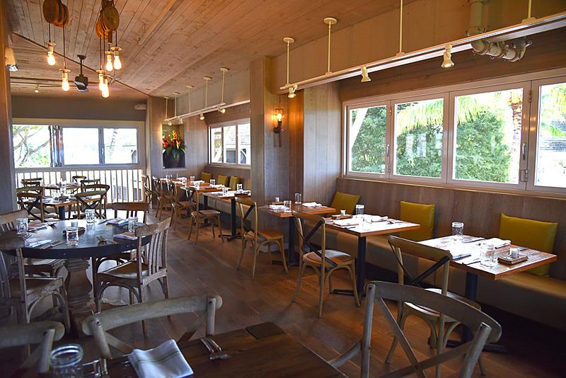 レストラン内はとても広く座席数も多いですが、夜になると満席状態に