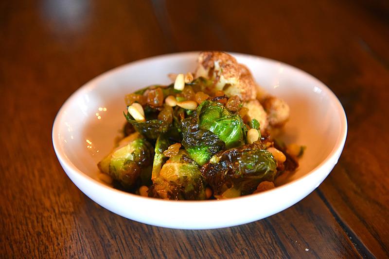 一番人気のPUPUだとマイキー氏が教えてくれた「Crispy Fried Cauliflower & Brussel Sprouts」(13ドル、約1417円)