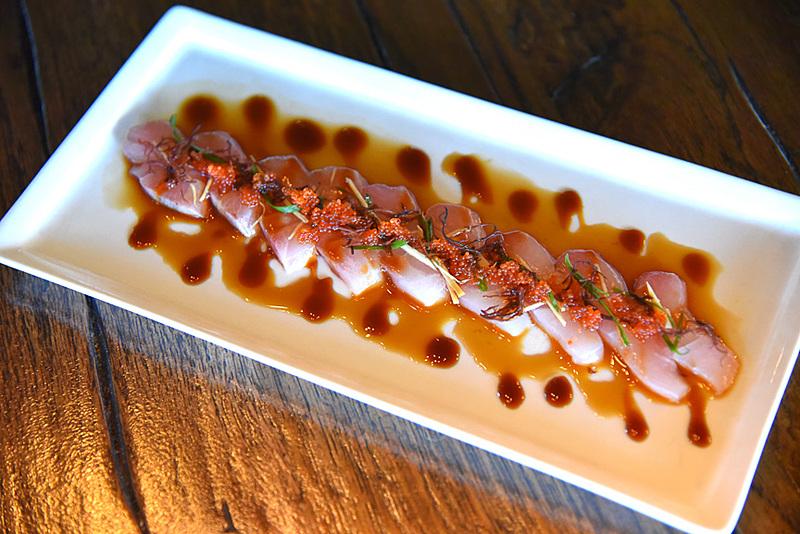 旨味の詰まったカンパチがたまらない「Eating House Sizzled Kampachi Sashimi」(時価)