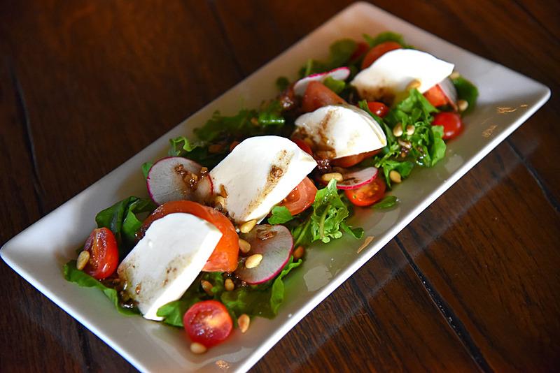 フレッシュな野菜が1皿にたっぷりな「Kauai Fresh Farms Tomato & Fresh Mozzarella Salada」(16ドル、約1744円)