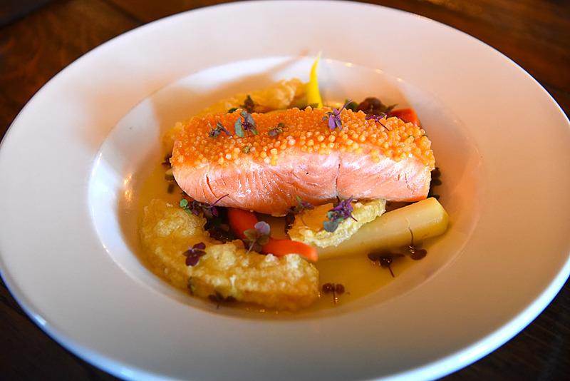肉厚サーモンとぶぶあられのコラボが楽しい「Bubu Arare King Salmon」(39ドル、約4251円)