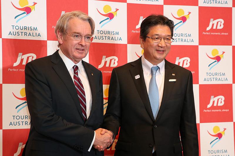 握手をする駐日オーストラリア大使 リチャード・コート閣下(左)とJTBの髙橋広行社長(右)