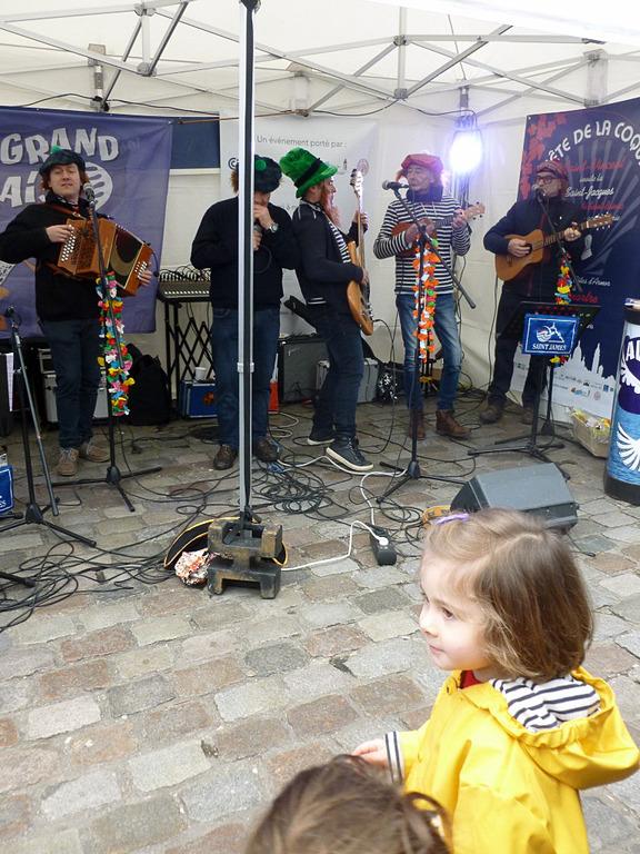 あちらこちらでブルターニュ地方の音楽が演奏されていました