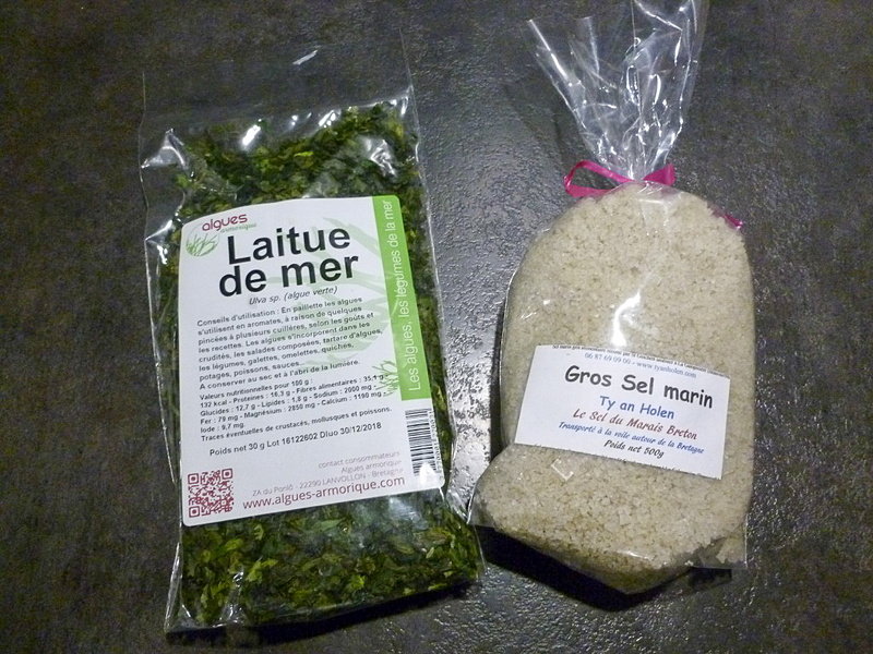 購入した粗塩とオオアオサ。粗塩はお風呂にひとつかみくらいを入れて、好みの精油をキャリアオイルで乳化されたものを足しています