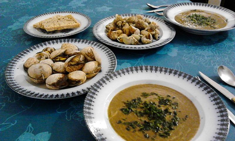この日の夕飯はバイ貝とアーモンド貝の白ワインハーブ蒸しに野菜いろいろのポタージュにオオアオサを散らしたものを。彩りはわるいですが美味しかったです!
