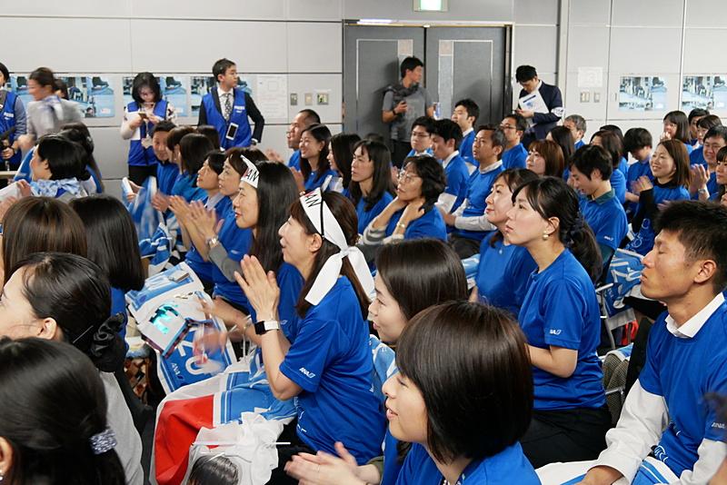羽生選手の演技開始前から会場は熱気に包まれ、羽生選手が映し出されるたびに歓声が上がる