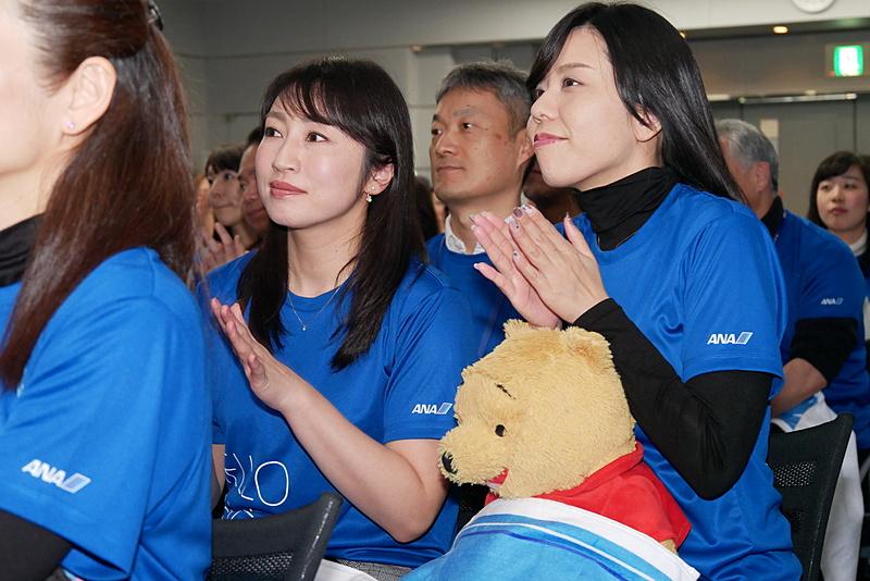 手を叩きながら羽生選手を応援するANAグループ社員