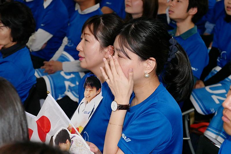 羽生選手の素晴らしい演技に涙ぐむ姿も見られた