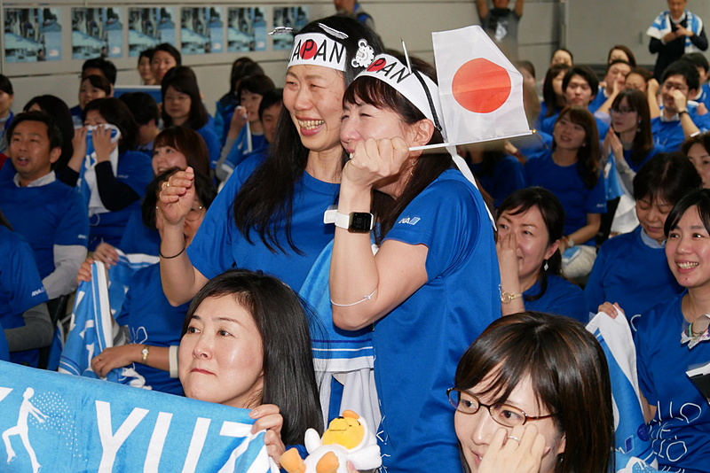 得点が発表され、羽生選手が1位に躍り出たことがわかり、会場は大きな歓声に包まれた