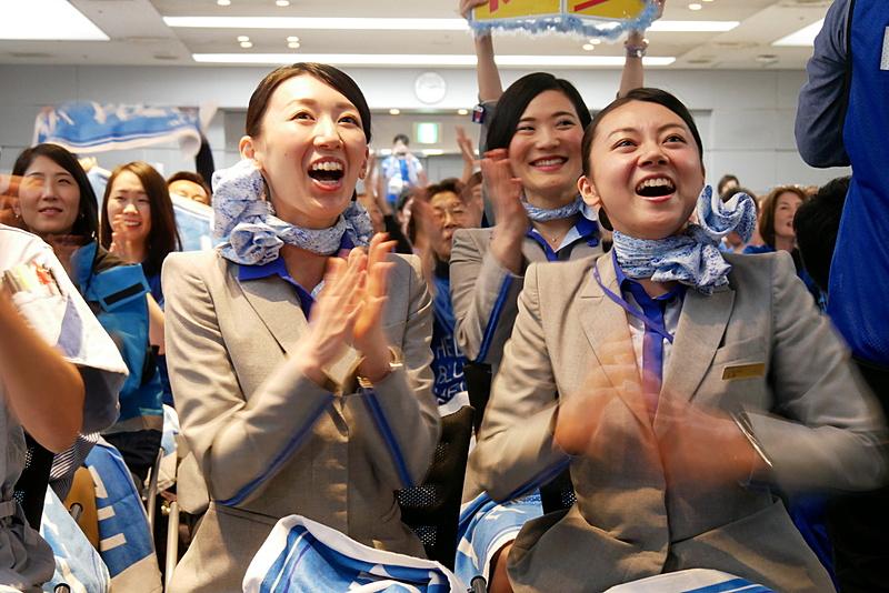 羽生選手の金メダルが確定し、喜ぶANAグループ社員