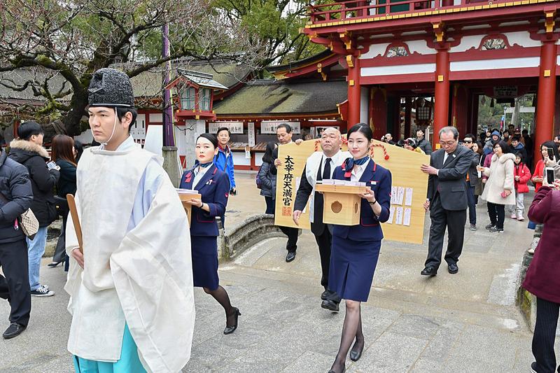 JALが福岡空港に設置した受験生向けの特大絵馬と、全国から集まった願い札を太宰府天満宮に奉納した
