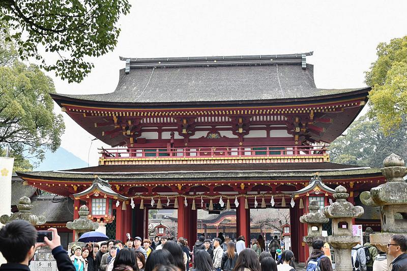 観光客で賑わう太宰府天満宮の楼門