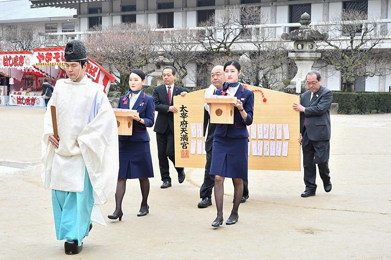 JALスタッフ一行は神職に導かれて境内を進む