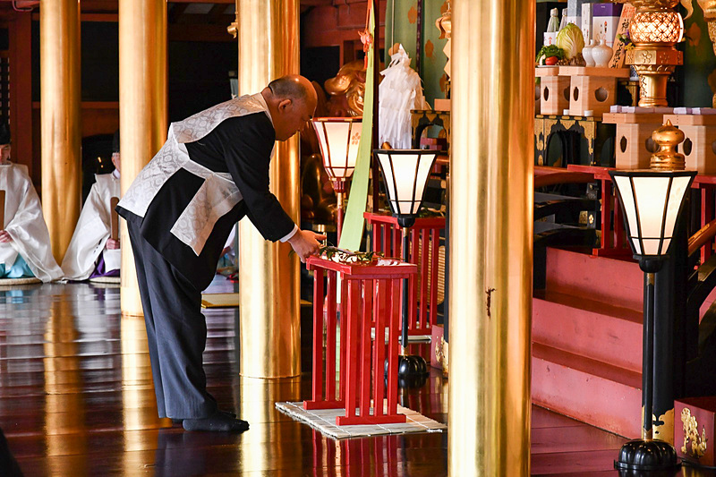 日本航空 九州地区総務部グループ長 遠山忠輝氏が代表して玉串拝礼を行なった