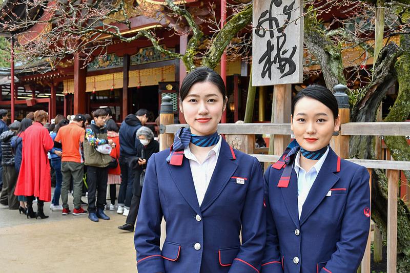 JAL福岡空港のグラウンドスタッフである田村沙也香氏(左)と姜志旋(ガン ジソン)氏(右)