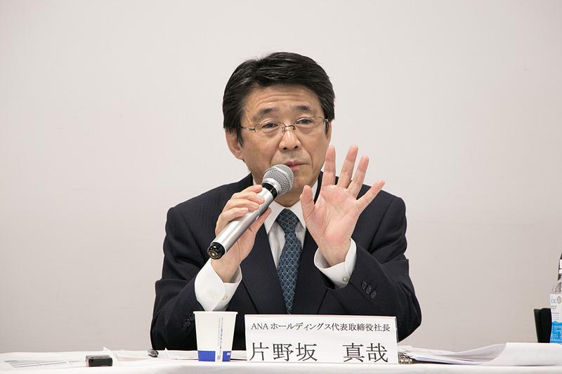 「2018-2022年度ANAグループ中期経営戦略」について説明する片野坂氏