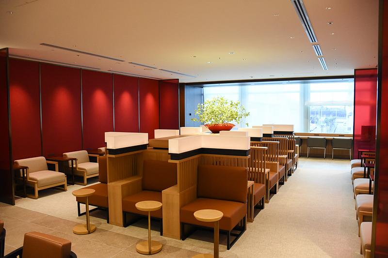 ラウンジの中央には木製の格子と行灯が印象的なスペース