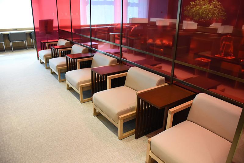 神輿席を挟むように、色使いの異なるローソファが壁際に並ぶ