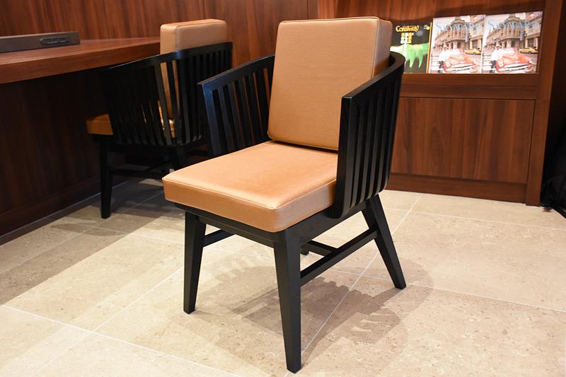 長テーブルの椅子