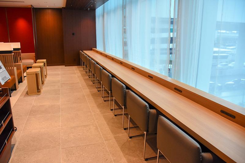 窓際の長テーブル。こちらはよりPC作業などに集中しやすいよう外を向いている
