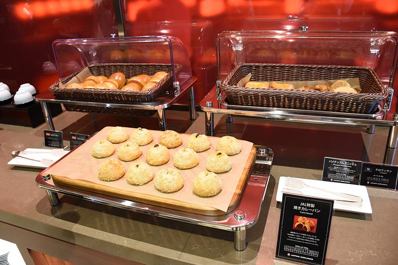 軽食の中心は「JAL特製焼きカレーパン」のほか、地元沖縄のベーカリーが手掛けるパン