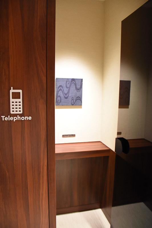 携帯電話の通話ブースには宮古上布と紅型(びんがた)のテキスタイル
