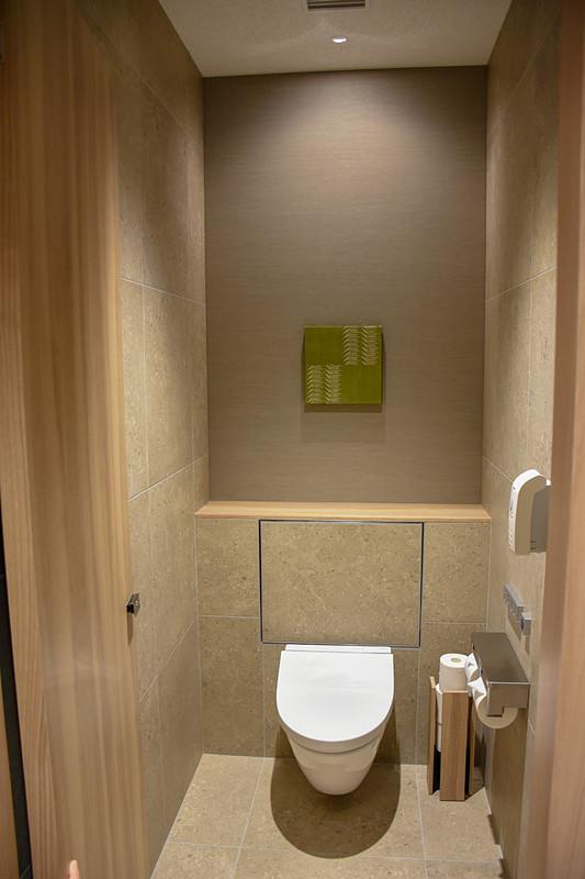 男子トイレ(個室)。女子トイレもほぼ同様